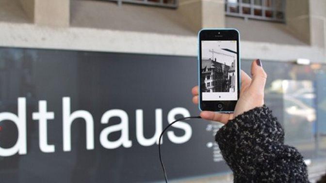 Hand hält Smartphone, darauf läuft Max Frisch BUX App