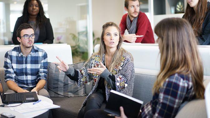 Gruppenarbeit, Symbolbild, Diskussion, 6 Leute, drei im Vordergrund.