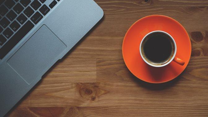 Doktoratskurse: Laptop und Kaffeetasse