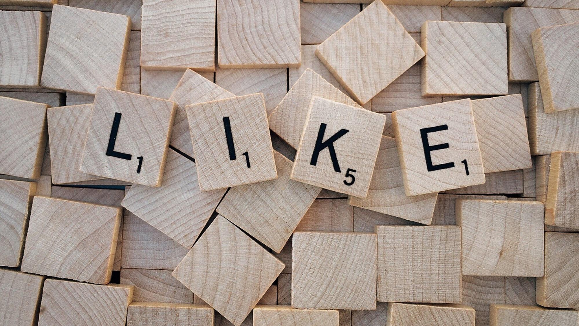 """Social Media """"Like"""" geschrieben auf Holzbauklötzen"""