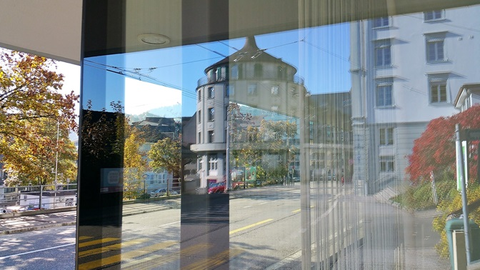MCM Gebäude, Glasfront spiegelt Strasse