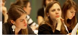 Studentinnen sitzen nachdenklich in einer Vorlesung